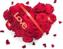 Η καρδιά η γίνοντη που κόκκινη ανθοδέσμη τριαντάφυλλων κόκκινο κείμενο κορδελλών αγαπά τα πέταλα απομόνωσε το άσπρο υπόβαθρο Στοκ Φωτογραφία