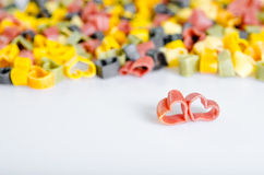 Η καρδιά διαμόρφωσε τα ιταλικά ζυμαρικά. δύο κόκκινες καρδιές Στοκ φωτογραφίες με δικαίωμα ελεύθερης χρήσης