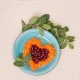 Η καρδιά διαμόρφωσε τη φρέσκια σαλάτα για την ημέρα του βαλεντίνου Στοκ εικόνες με δικαίωμα ελεύθερης χρήσης