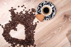 Η καρδιά κάνει τα φασόλια καφέ μορίων και κοιλαίνει το espresso μορίων και το μπισκότο αγαπημένων στο ξύλινο επιτραπέζιο υπόβαθρο Στοκ φωτογραφίες με δικαίωμα ελεύθερης χρήσης