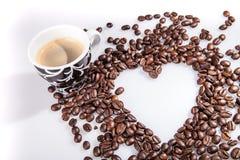 Η καρδιά κάνει τα φασόλια καφέ μορίων και κοιλαίνει το espresso μορίων και το μπισκότο αγαπημένων στο άσπρο επιτραπέζιο υπόβαθρο Στοκ φωτογραφίες με δικαίωμα ελεύθερης χρήσης