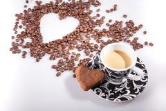 Η καρδιά κάνει τα φασόλια καφέ μορίων και κοιλαίνει το espresso μορίων και το μπισκότο αγαπημένων στο άσπρο επιτραπέζιο υπόβαθρο Στοκ εικόνες με δικαίωμα ελεύθερης χρήσης