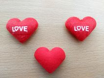 Η καρδιά κέντησε την κόκκινη αγάπη επιστολών Στοκ Εικόνες