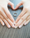 Η καρδιά καλύπτει το δαχτυλίδι Στοκ Φωτογραφία