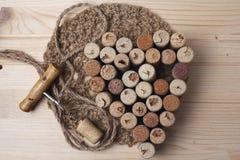 Η καρδιά που σχεδιάζεται από το μπουκάλι βουλώνει και ανοιχτήρι Στοκ φωτογραφίες με δικαίωμα ελεύθερης χρήσης