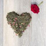 Η καρδιά των ξηρών φύλλων τσαγιού, κόκκινη αυξήθηκε Στοκ εικόνες με δικαίωμα ελεύθερης χρήσης