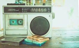 Η κασέτα ταινιών με το φορέα κασετών και το όργανο καταγραφής για ακούνε μουσική Στοκ εικόνα με δικαίωμα ελεύθερης χρήσης