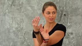 Η κατάλληλη ομιλία εκπαιδευτών στην ομάδα της, εξηγεί τα asanas γιόγκας Στοκ εικόνα με δικαίωμα ελεύθερης χρήσης