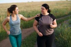 Η κατάλληλη υποστήριξη γυναικών και παρακινεί το φίλο στο workout στοκ φωτογραφίες