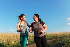 Η κατάλληλη υποστήριξη γυναικών και παρακινεί το φίλο στο workout στοκ εικόνες