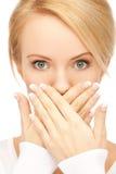 Η κατάπληκτη γυναίκα με παραδίδει το στόμα Στοκ εικόνα με δικαίωμα ελεύθερης χρήσης