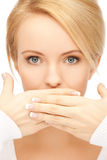 Η κατάπληκτη γυναίκα με παραδίδει το στόμα Στοκ Εικόνες