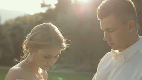 Η κατάπληξη newlyweds προσεκτικά εξετάζει τα χέρια τους απόθεμα βίντεο