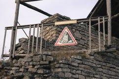 Η κατάρρευση μια οχύρωση με το σημάδι ` Rockfall ` στοκ φωτογραφίες