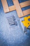 Η κατάταξη stapler του μετάλλου πυροβόλων όπλων συρράπτει την ξύλινη σανίδα σε μεταλλικό Στοκ Εικόνες