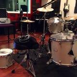Η καταγραφή παίζει τύμπανο το στούντιο Στοκ εικόνα με δικαίωμα ελεύθερης χρήσης