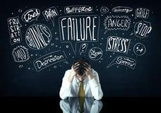 Η καταθλιπτική συνεδρίαση επιχειρηματιών κάτω από το πρόβλημα σκέφτηκε τα κιβώτια Στοκ φωτογραφίες με δικαίωμα ελεύθερης χρήσης