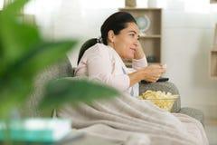 Η κατανάλωση γυναικών πελεκά στο σπίτι στοκ εικόνα
