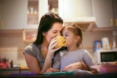 Η κατανάλωση του τσαγιού με το mom είναι διασκέδαση ballerina λίγα Στοκ εικόνα με δικαίωμα ελεύθερης χρήσης