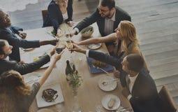 Η κατανάλωση απολαμβάνει τα τρόφιμα που ο εορταστικός καφές γιορτάζει την έννοια γεύματος Στοκ Εικόνες