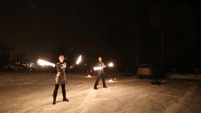 Η καταπληκτική φυλετική πυρκαγιά παρουσιάζει χορό τη νύχτα στο χειμώνα κάτω από το μειωμένο χιόνι Η ομάδα χορού αποδίδει με τα φω φιλμ μικρού μήκους