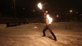Η καταπληκτική φυλετική πυρκαγιά παρουσιάζει χορό τη νύχτα στο χειμώνα κάτω από το μειωμένο χιόνι Η ομάδα χορού αποδίδει με τα φω απόθεμα βίντεο