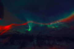Η καταπληκτική πολύχρωμη αυγή Borealis ξέρει επίσης ως βόρεια φω'τα στο νυχτερινό ουρανό πέρα από το τοπίο Lofoten, Νορβηγία, Σκα Στοκ εικόνα με δικαίωμα ελεύθερης χρήσης