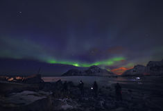 Η καταπληκτική πολύχρωμη αυγή Borealis ξέρει επίσης ως βόρεια φω'τα στο νυχτερινό ουρανό πέρα από το τοπίο Lofoten, Νορβηγία, Σκα Στοκ φωτογραφία με δικαίωμα ελεύθερης χρήσης