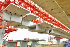 Η κατασκευή γεφυρών, δοκοί κιβωτίων αποσπασματικών γεφυρών έτοιμες για την κατασκευή, τμήματα της μακροχρόνιας έκτασης γεφυρώνει  Στοκ Εικόνα