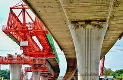 Η κατασκευή γεφυρών, δοκοί κιβωτίων αποσπασματικών γεφυρών έτοιμες για την κατασκευή, τμήματα της μακροχρόνιας έκτασης γεφυρώνει  Στοκ Εικόνες
