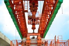 Η κατασκευή γεφυρών, δοκοί κιβωτίων αποσπασματικών γεφυρών έτοιμες για την κατασκευή, τμήματα της μακροχρόνιας έκτασης γεφυρώνει  Στοκ Φωτογραφία