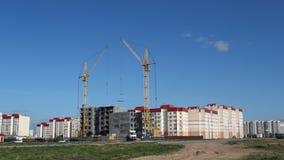 Η κατασκευή ενός κατοικημένου σπιτιού, ένας γερανός πύργων ανυψώνει την πλάκα απόθεμα βίντεο