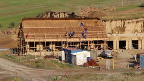 Η κατασκευή ενός σπιτιού αλιείας με η παραδοσιακή στέγη, χρονικό σφάλμα απόθεμα βίντεο