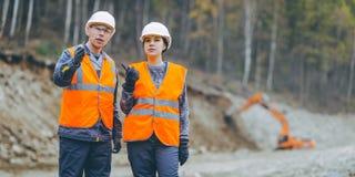 Η κατασκευή εργαζομένων χτίζει στοκ φωτογραφία