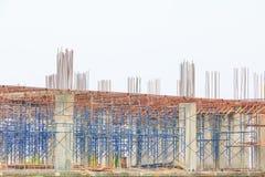 Η κατασκευή εργασίας στον εργασιακό χώρο εργοτάξιων μια βροχερή ημέρα με το διάστημα αντιγράφων προσθέτει το κείμενο Στοκ Εικόνες