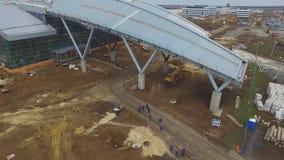 Η κατασκευή του αερολιμένα με το διάδρομο Η εναέρια άποψη του διαδρόμου αερολιμένων γίνεται ένα εργοτάξιο οικοδομής οι εργαζόμενο Στοκ φωτογραφίες με δικαίωμα ελεύθερης χρήσης