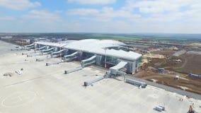 Η κατασκευή του αερολιμένα με το διάδρομο Η εναέρια άποψη του διαδρόμου αερολιμένων γίνεται ένα εργοτάξιο οικοδομής οι εργαζόμενο Στοκ Εικόνες