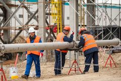 Η κατασκευή των εγκαταστάσεων στην επεξεργασία των εργαζομένων υδρογονανθράκων τοποθετεί τη σωλήνωση στοκ εικόνες