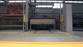 Η κατασκευή των κεραμικών κεραμιδιών, κίτρινο φορτηγό μετέφερε το φορτίο, βιομηχανικό εσωτερικό, κινηματογράφηση σε πρώτο πλάνο απόθεμα βίντεο