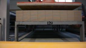 Η κατασκευή των κεραμικών κεραμιδιών, κίτρινο φορτηγό μετέφερε το φορτίο, βιομηχανικό εσωτερικό, κινηματογράφηση σε πρώτο πλάνο φιλμ μικρού μήκους