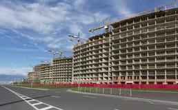 Η κατασκευή των σπιτιών κατά μήκος του νέου στρωμένου δρόμου Στοκ εικόνες με δικαίωμα ελεύθερης χρήσης