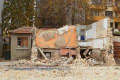 Η κατεδάφιση ενός παλαιού κατοικημένου κτηρίου στην πόλη, το μισό κτήριο καταστρέφεται ήδη στοκ φωτογραφία
