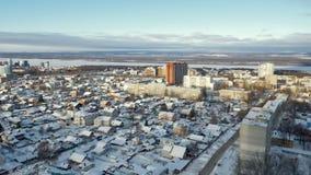 Η κατοικήσιμη περιοχή με τα μικρά ιδιωτικά εξοχικά σπίτια στη σύγχρονη πόλη στη χειμερινή ημέρα, στέγες καλύπτεται από το χιόνι φιλμ μικρού μήκους