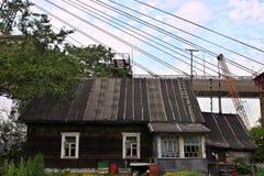 Η κατοικημένη κατοικημένη ξύλινη αγροικία ήταν στο εργοτάξιο οικοδομής Στοκ Εικόνες