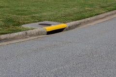 Η κατοικημένη συγκράτηση οδών με τον αγωγό χρωμάτισε την κίτρινη, πράσινη χλόη και το διάστημα αντιγράφων ασφάλτου στοκ εικόνες με δικαίωμα ελεύθερης χρήσης