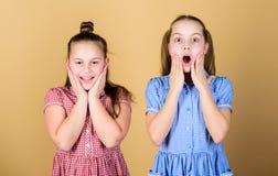 Η κατοχή της αδελφής είναι πάντα διασκέδαση Καλύτεροι φίλοι για πάντα E Αδελφές κοριτσιών που έχουν τη διασκέδαση από κοινού Λατρ στοκ φωτογραφία