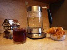 Η κατσαρόλα στην κουζίνα Όμορφος πίνακας με τα κουλούρια και το καυτό τσάι Λεπτομέρειες και κινηματογράφηση σε πρώτο πλάνο στοκ φωτογραφία με δικαίωμα ελεύθερης χρήσης