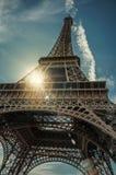 Η κατώτατη άποψη του πύργου του Άιφελ έκανε στο σίδηρο και το ύφος Nouveau τέχνης, με τον ηλιόλουστο μπλε ουρανό στο Παρίσι στοκ εικόνες