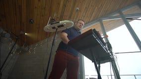 Η κατώτατη άποψη ως αρσενικός μουσικός παίζει έναν συνθέτη απόθεμα βίντεο