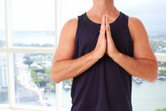 Η καυκάσια αρσενική να κάνει προσευχή γιόγκας θέτει Στοκ Φωτογραφία